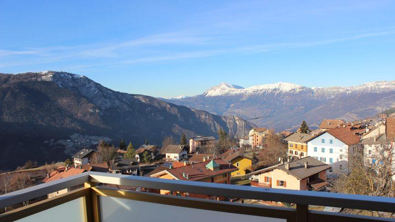 Blick vom Balkon auf Folgaria und die Berge